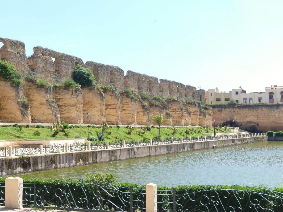 Wasserbecken und alte Mauern