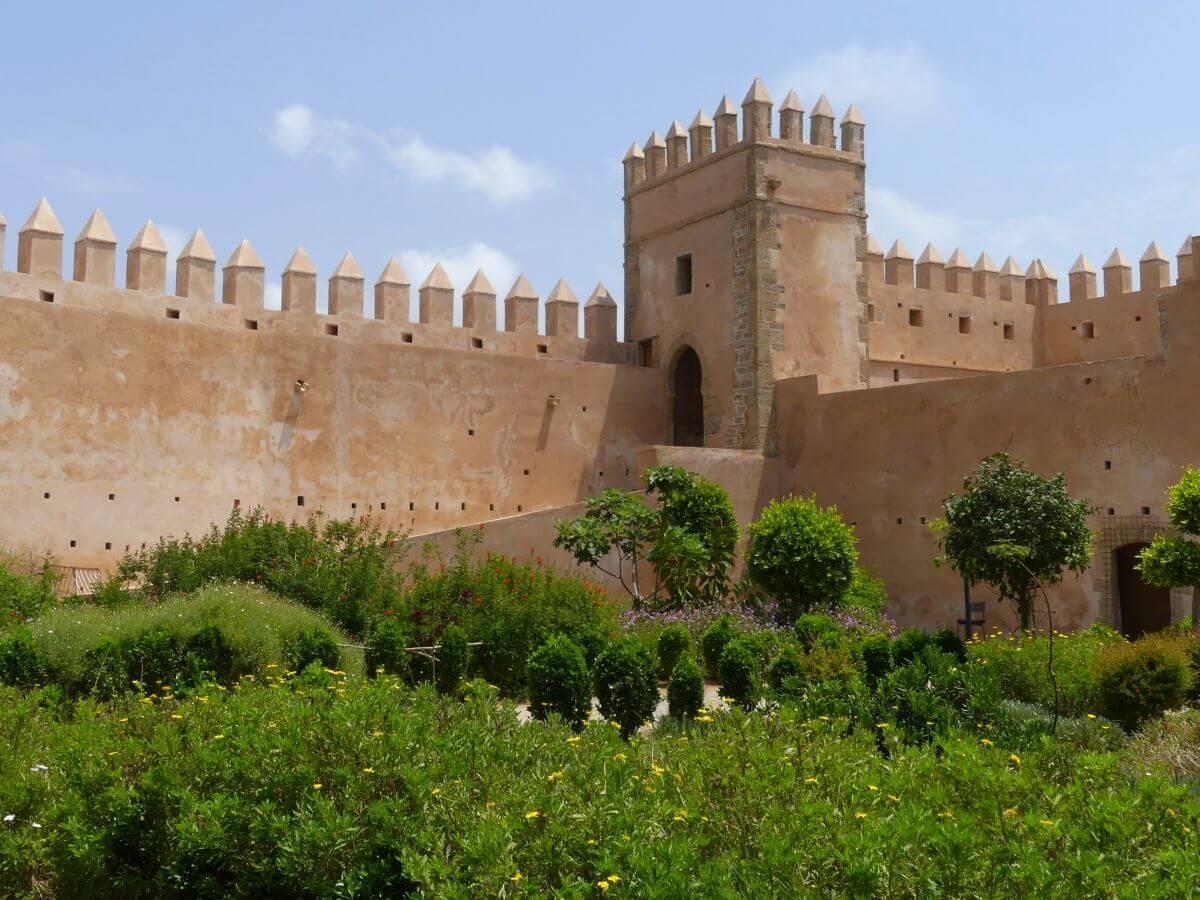 Grüner Garten von Burgmauer umgeben