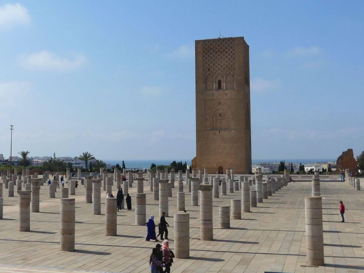 Fläche mit Säulensockeln vor dem Turm
