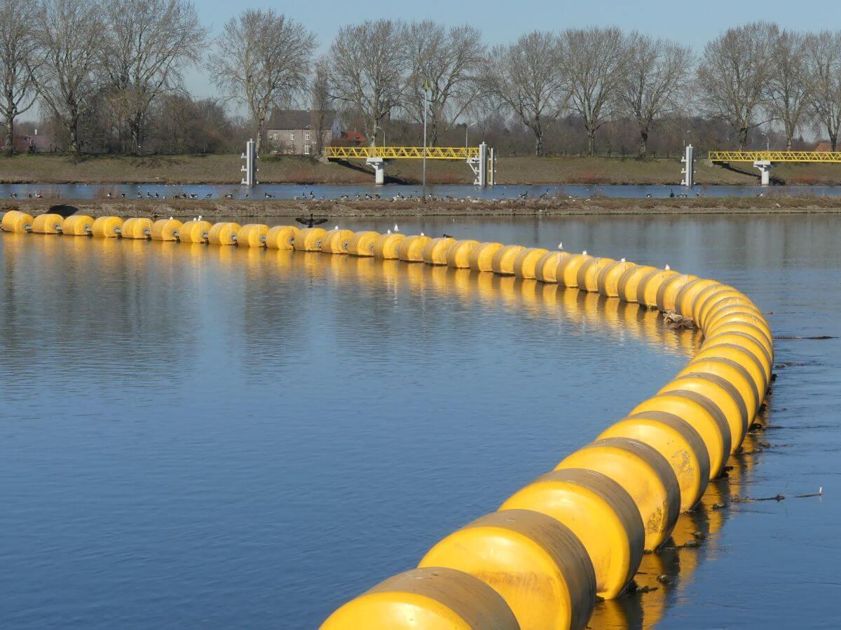 Reihe von gelben, schwimmenden Tonnen auf der Maas