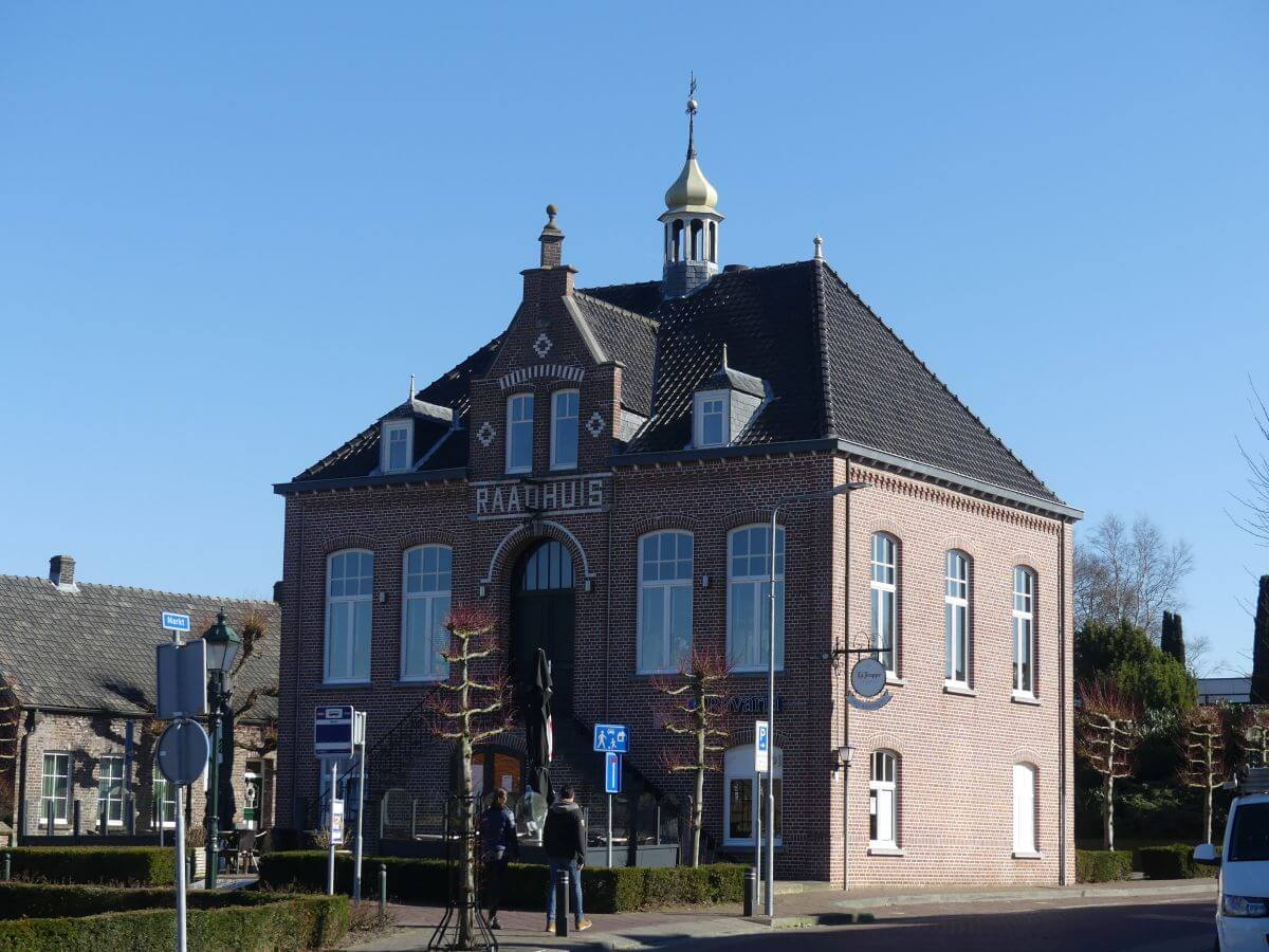 Rot verklinkertes Haus mit Turmspitze auf dem Dach