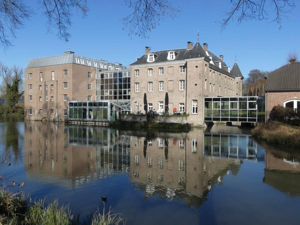 Schloss spiegelt sich im Teich