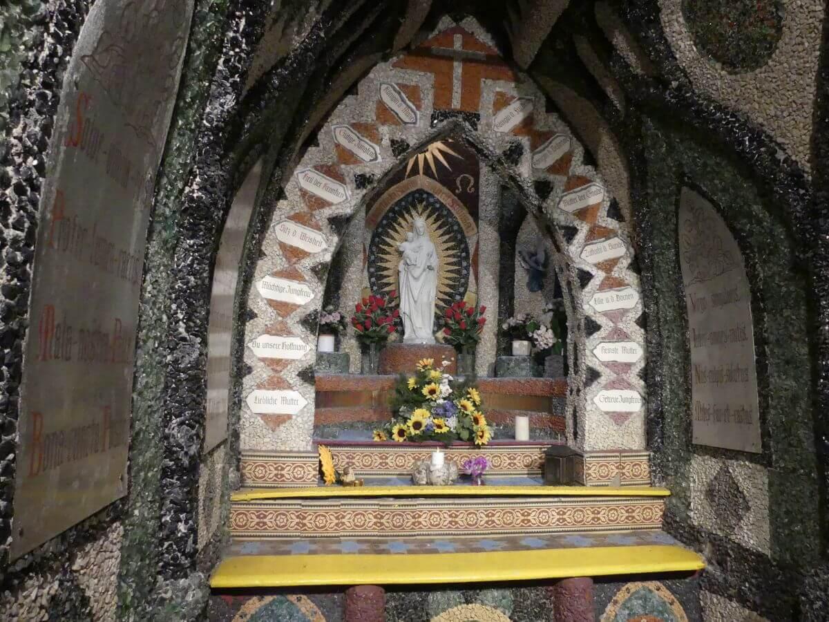 Marienfigur auf Altar in der Grotte