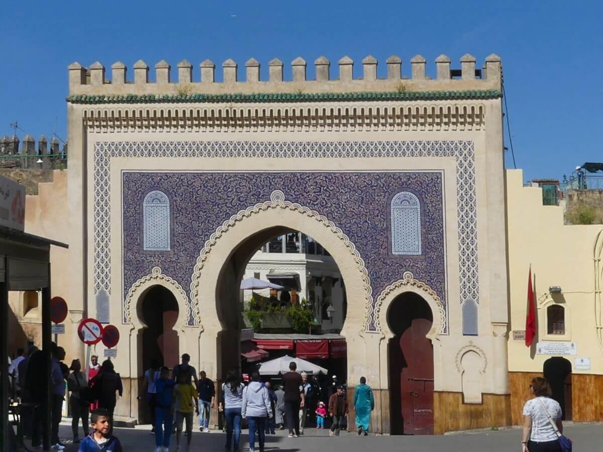Bab Boujeloud, prächtiges Tor in Fes, Marokko.