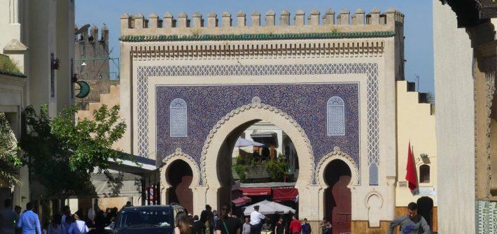 Das Bab Boujeloud in Fes, Marokko.