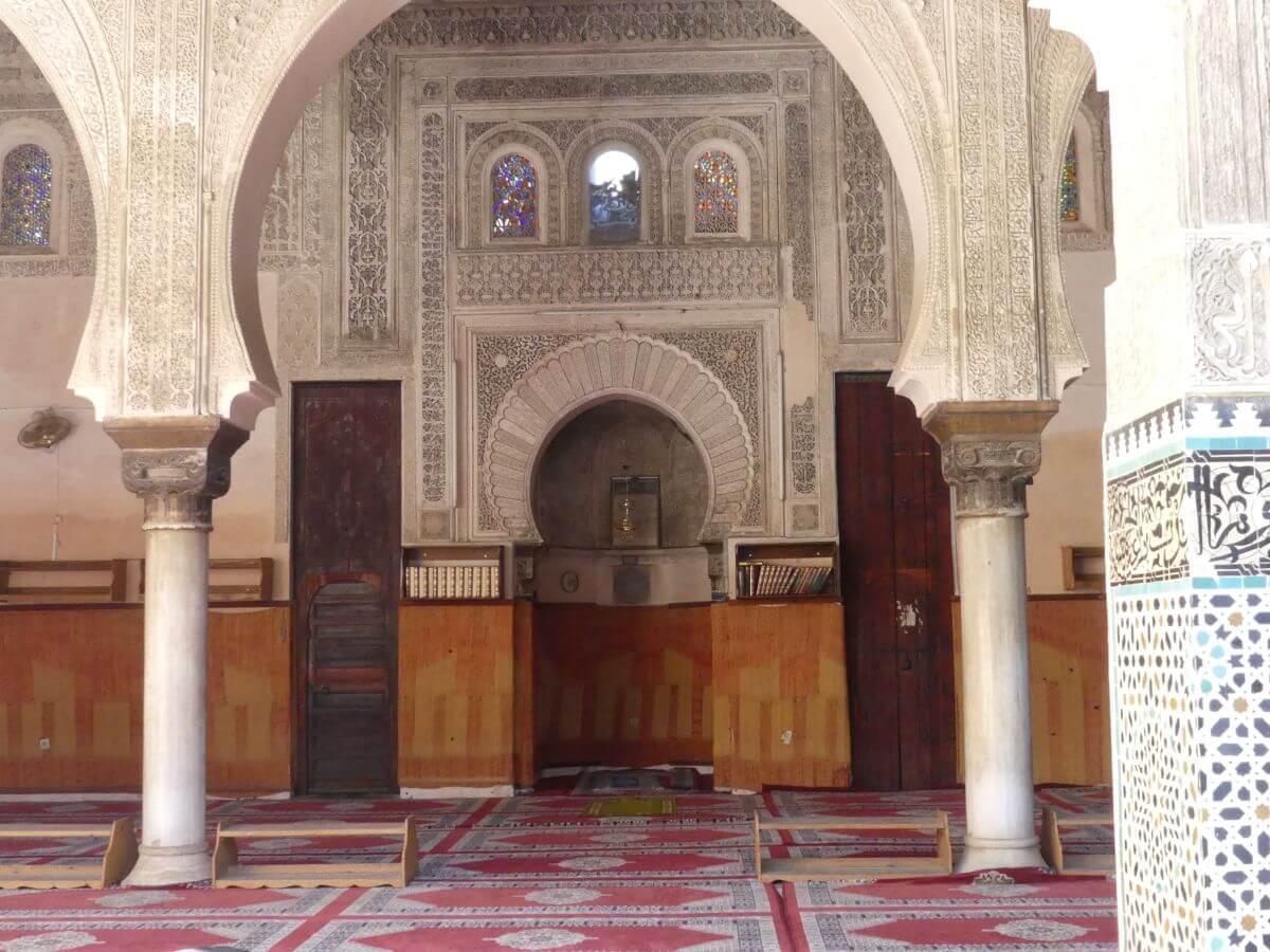 Orientalischer Torbogen, dahinter Raum mit Gebetsnische.