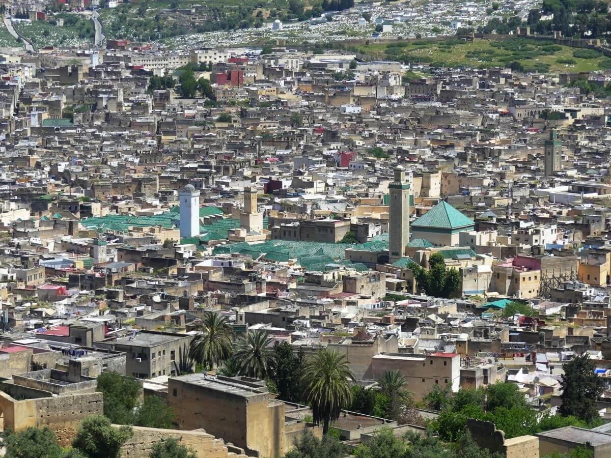 Blick über die Dächer der Altstadt, in der Mitte das große, grüne Dach der Moschee von Fes.