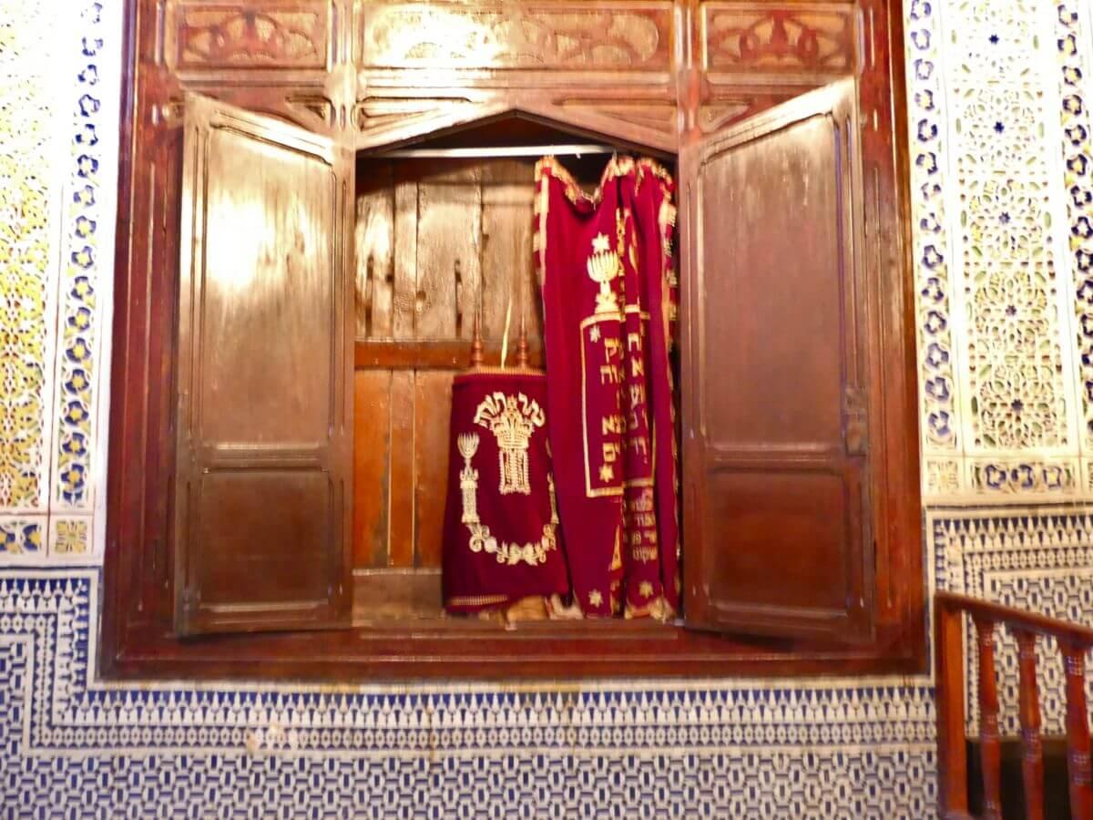 Geöffnete Holztüren, dahinter Nische mit Gegenständen in rotem Samt.