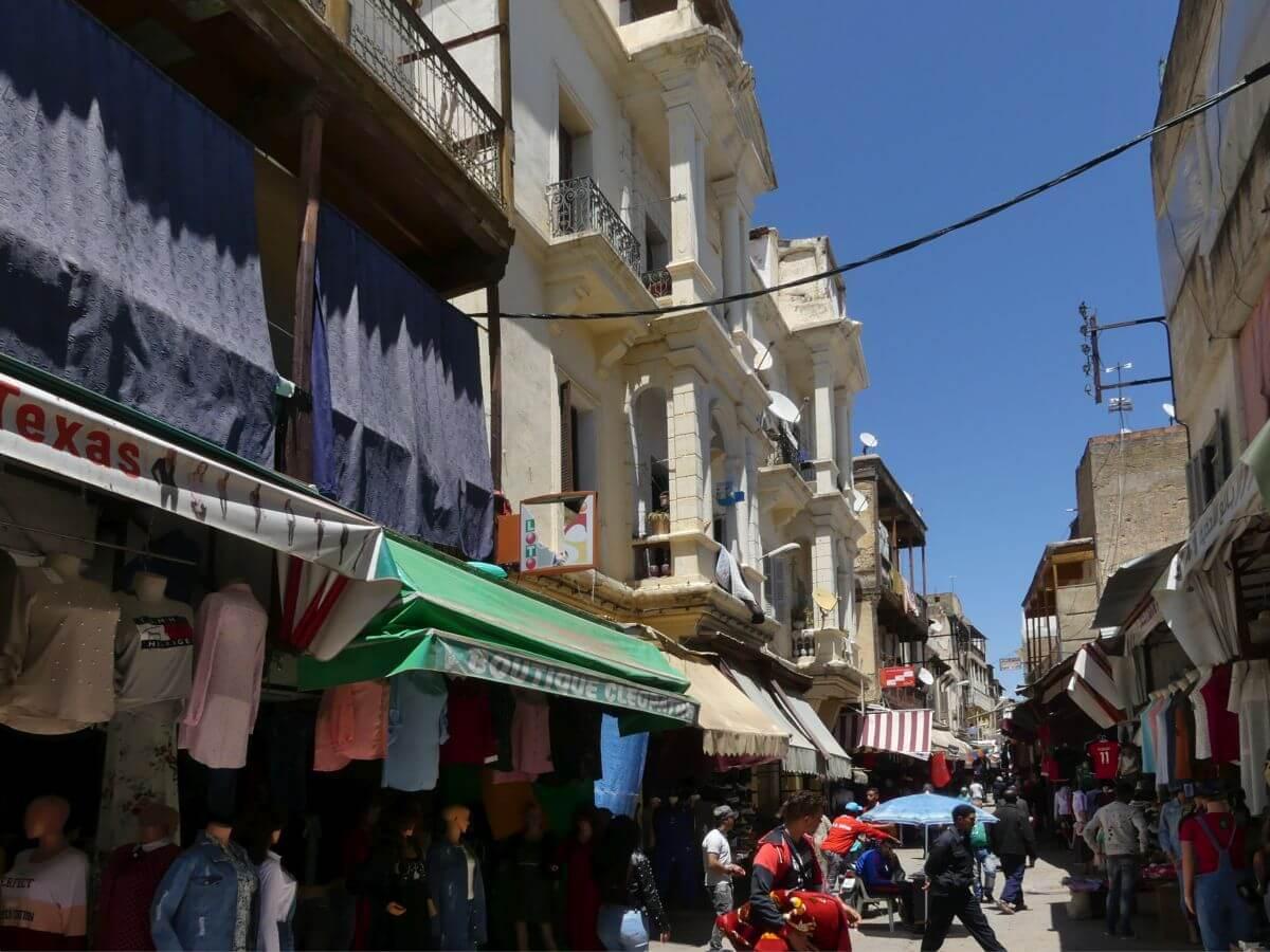 Hausfassaden mit Balkonen, im Erdgeschoss Geschäfte in der Mellah von Fes.