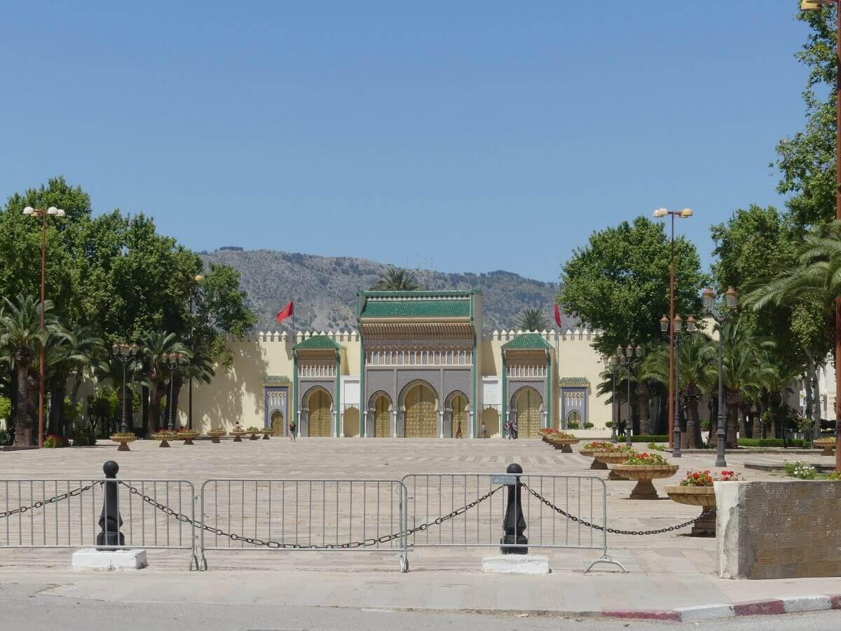 Großer leerer Platz vor verschlossenen Toren des Königspalasts im Hintergrund.