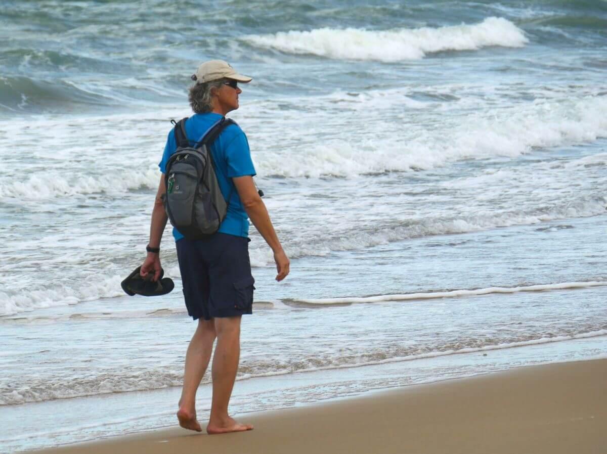 Marcus geht am Strand entlang