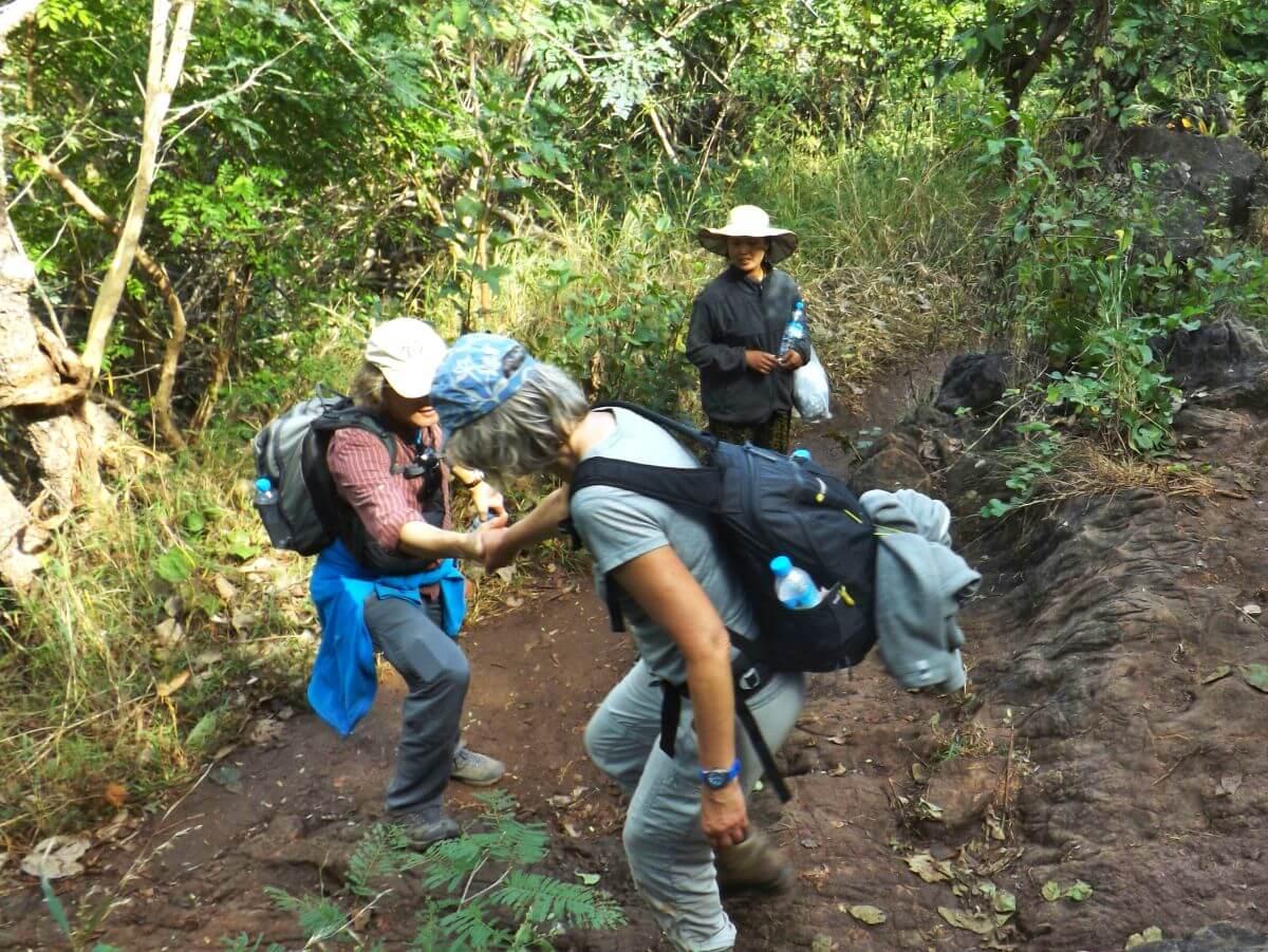 Trekking über steilen Weg im Dschungel.
