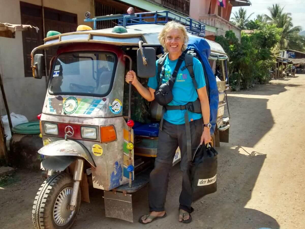 Marcus mit Rucksack vor Tuktuk