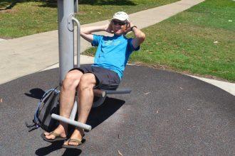 Marcus beim Geräte-Sport im Urlaub
