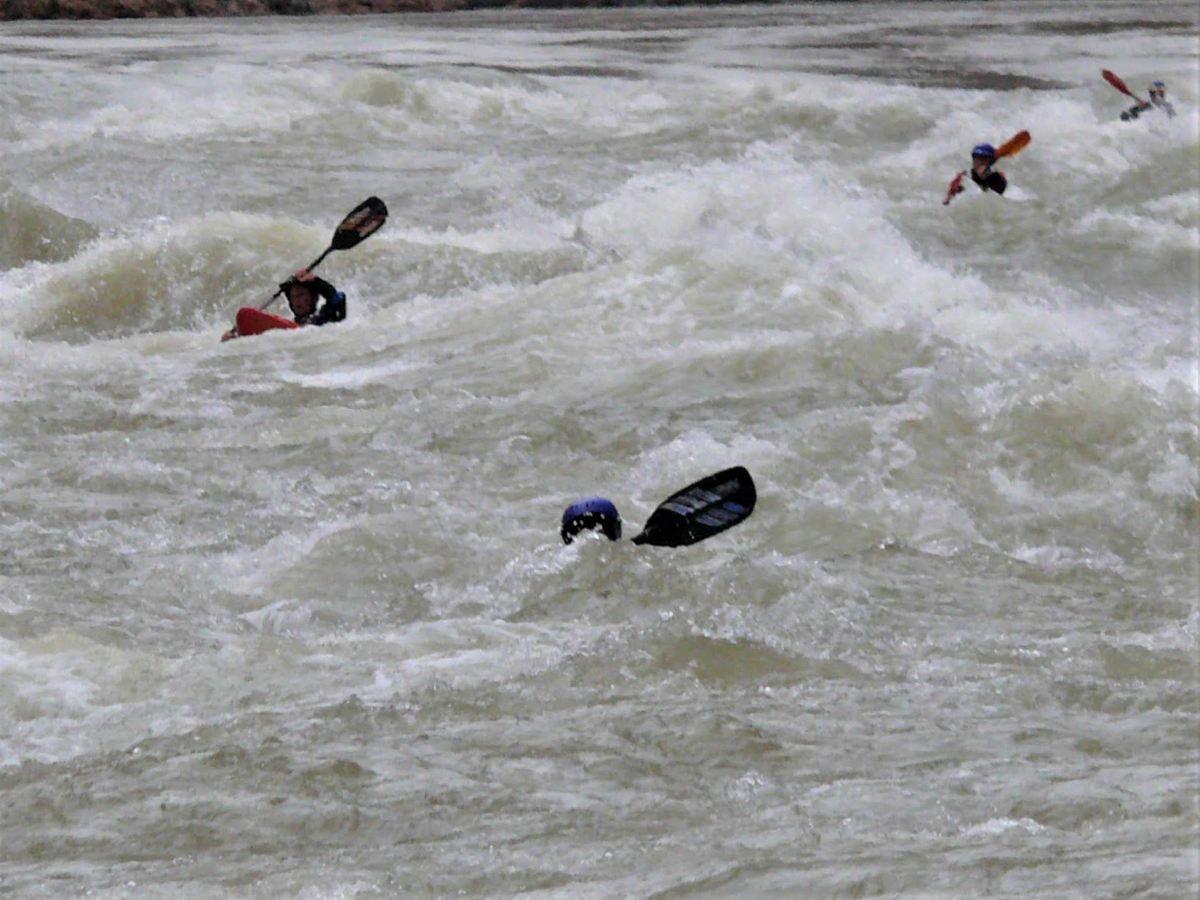 Kajaks verschwinden teilweise zwischen den hohen Wellen