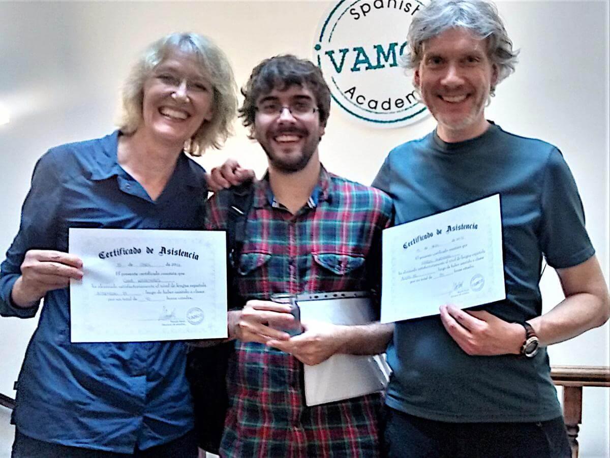 Gina und Marcus zeigen ihr Zertifikat der Sprachschule.