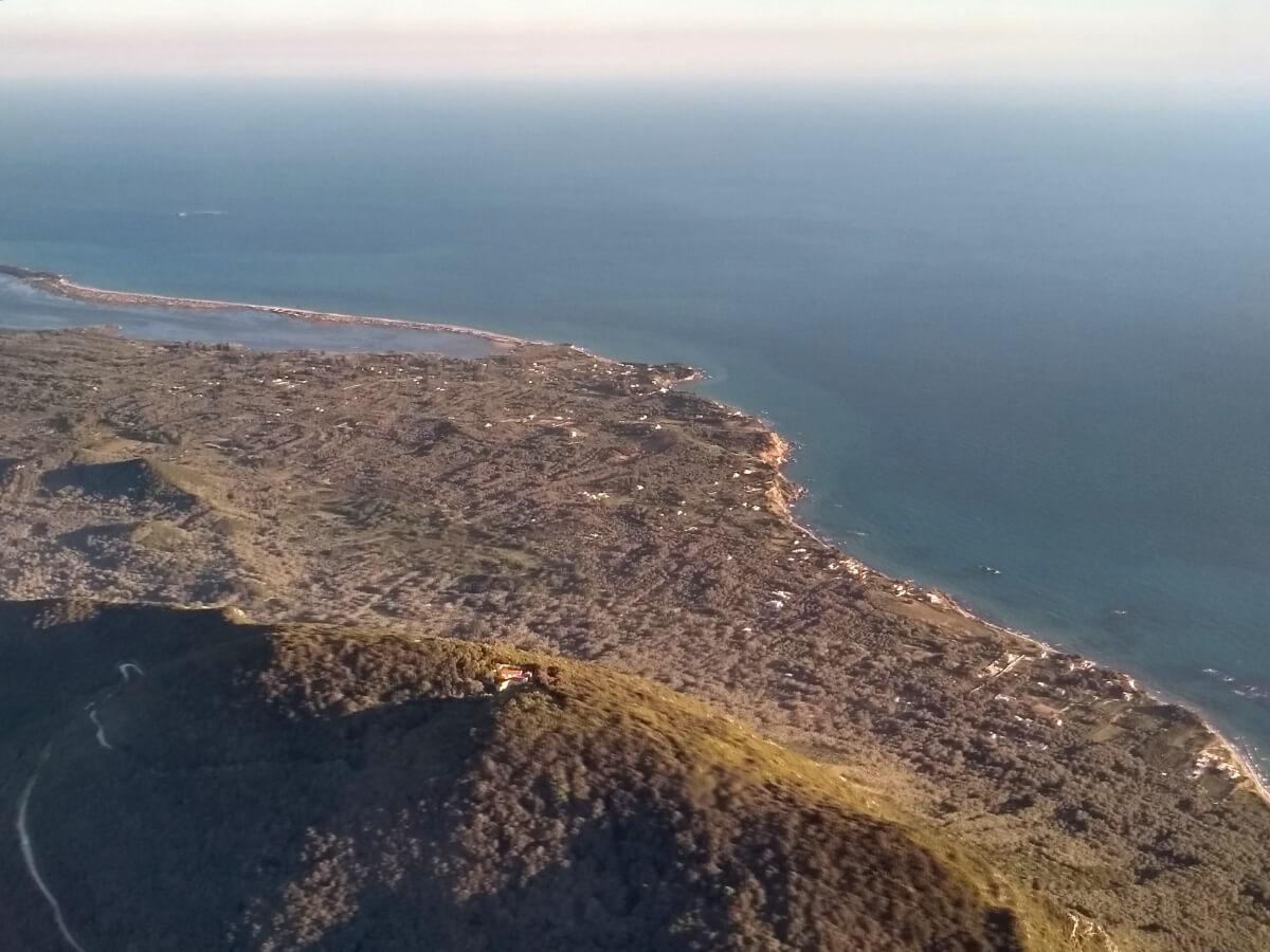 Blick auf Berge und Küste von Korfu