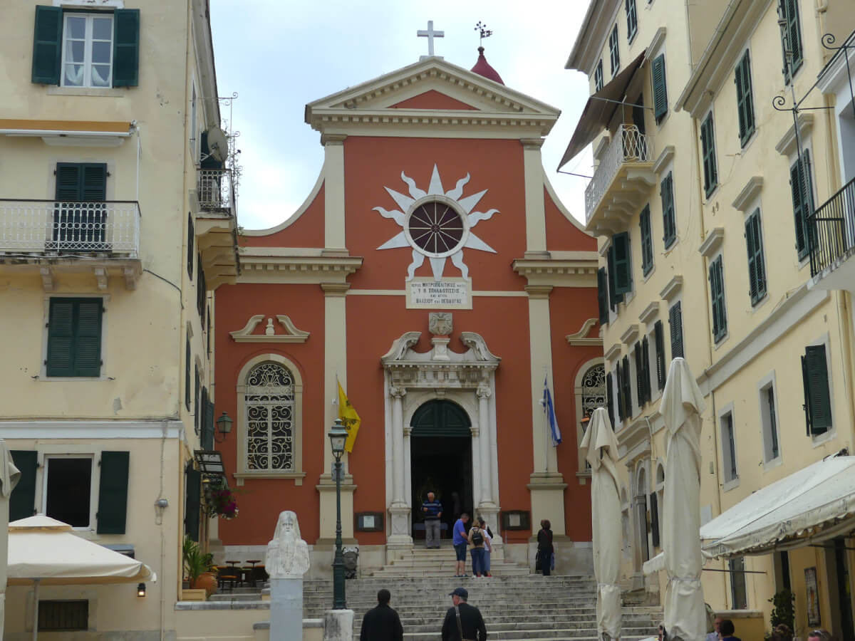 Rötliche Fassade der Kirche