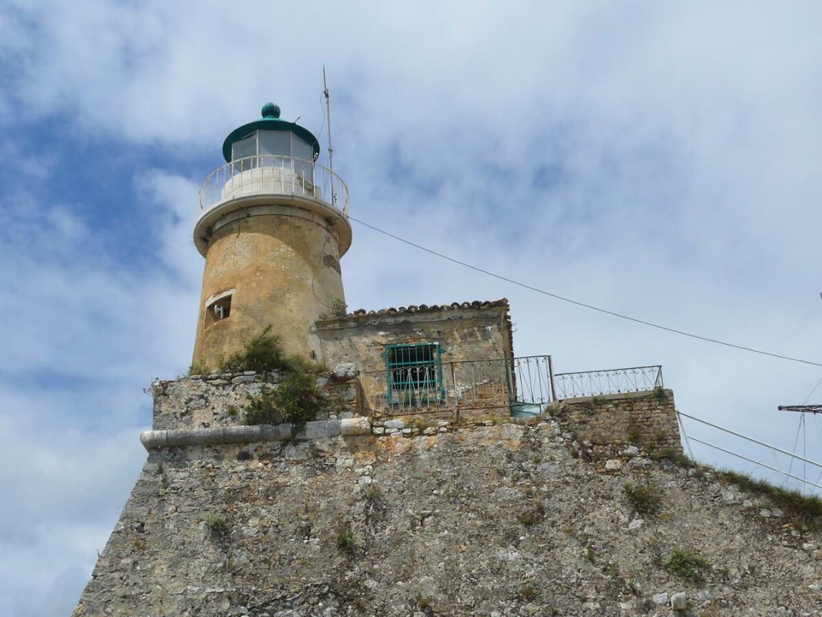 Leuchtturm vor blauem Himmel.