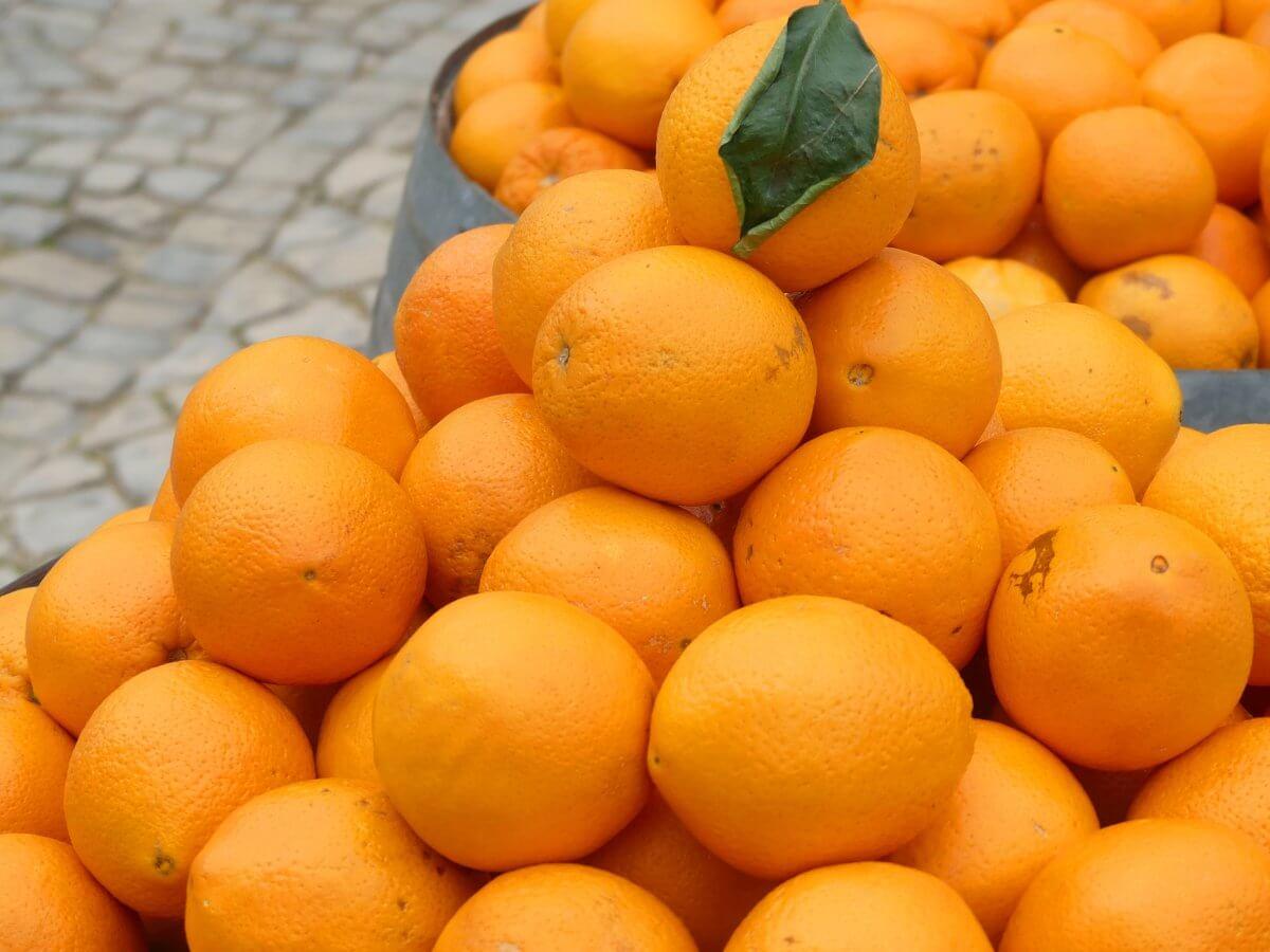 Ein großer Haufen Orangen.