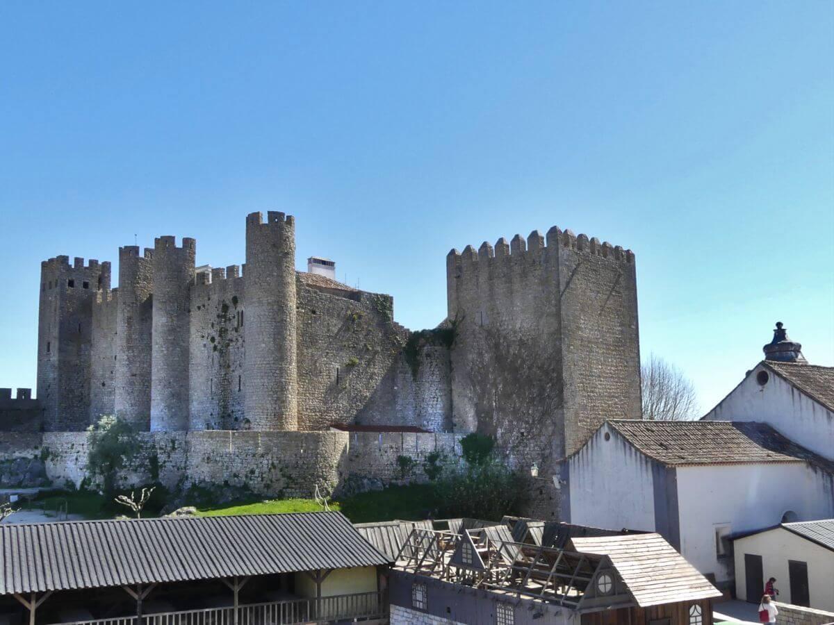 Burg mit mehreren Türmen und hohen Mauern.