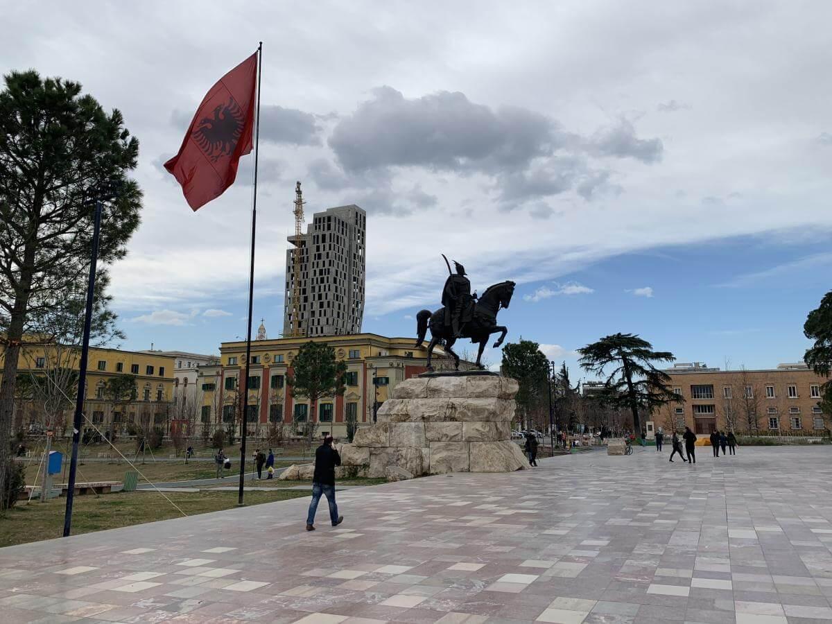 Platz mit Reiterstatue in Tirana.