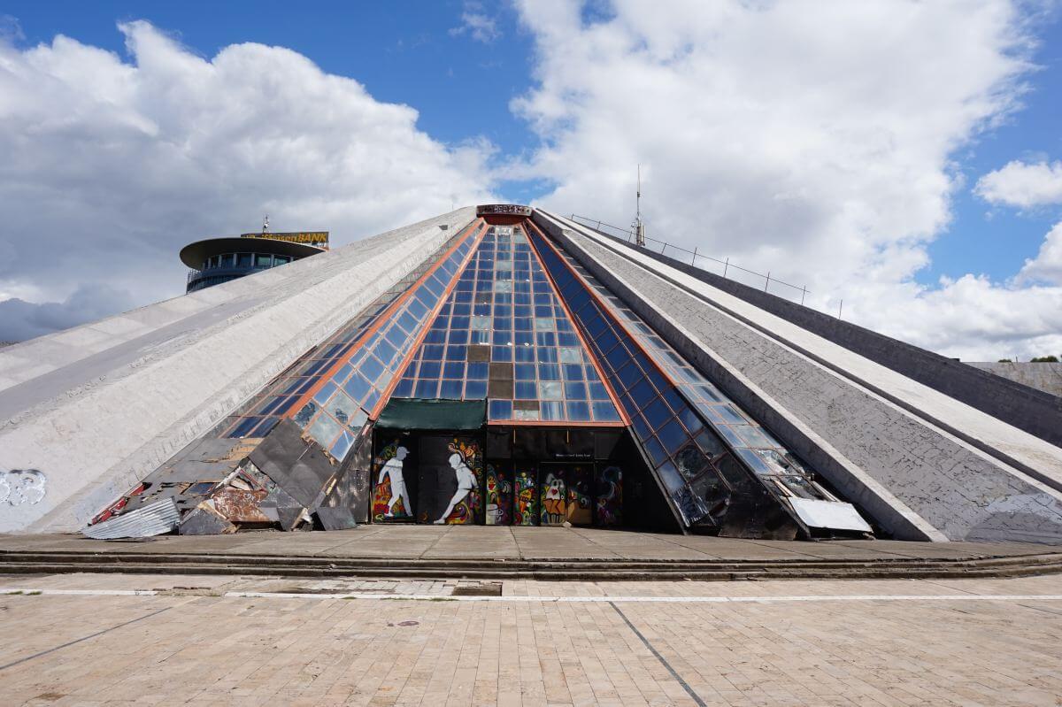Beton-Pyramide mit bunten Fenstern.