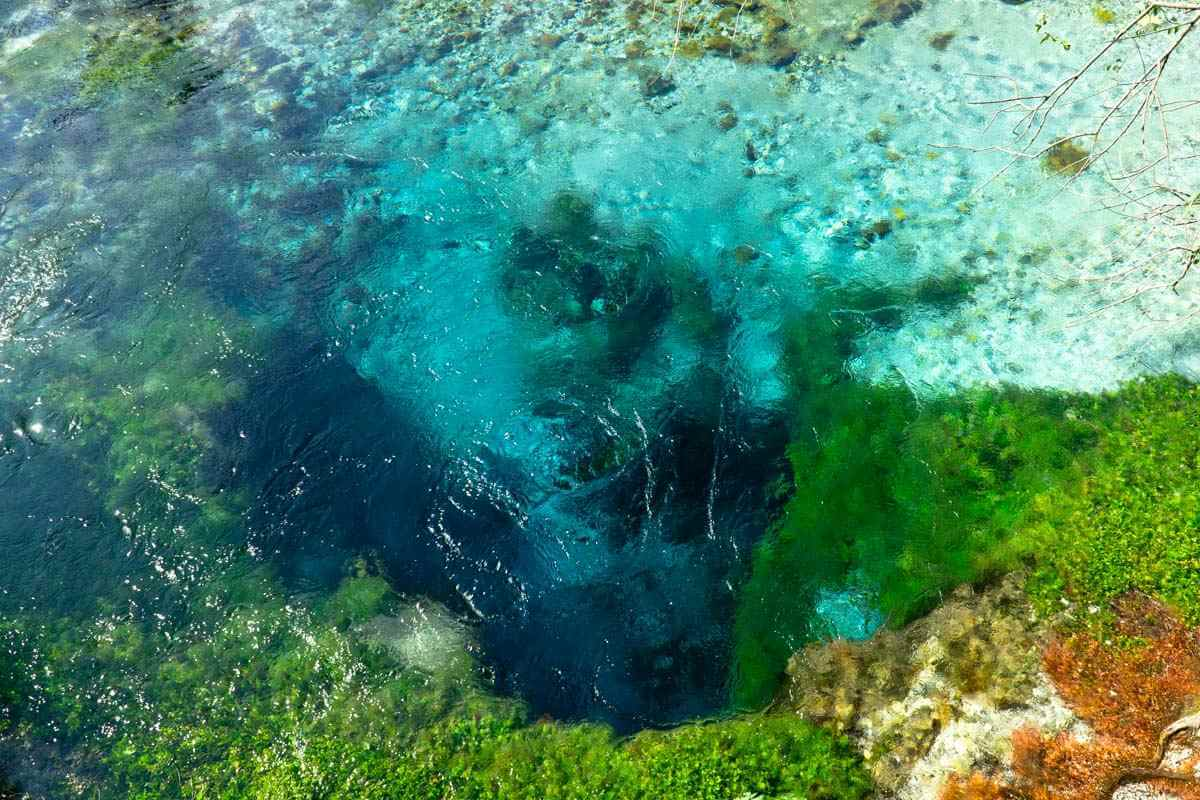 Blick in Wasser in verschiedenen Blautönen.