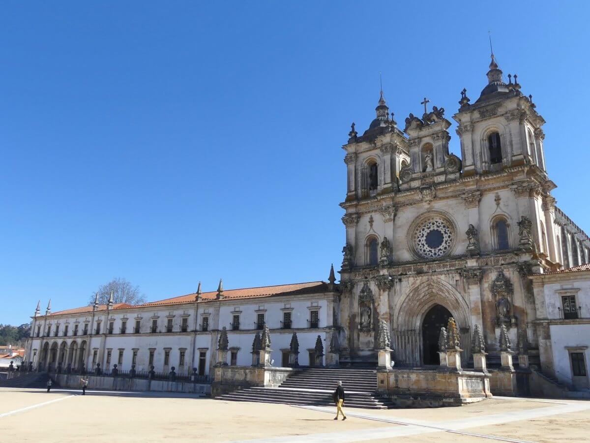 Klosterkiche und Fassade des Klosters von Alcobaca.