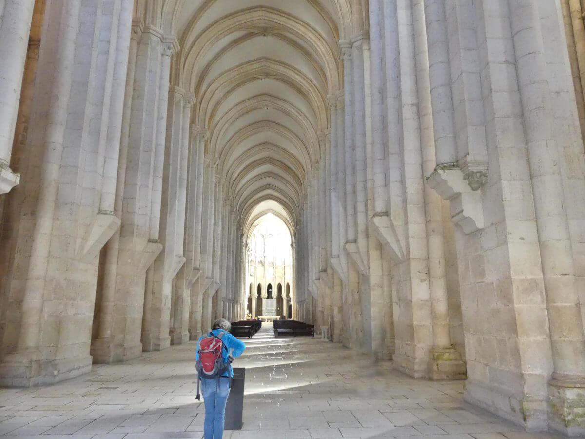 Kirchenschiff mit hohen weißen Säulen.