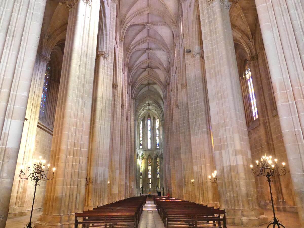 Kirchenschiff mit hohen Säulen in der Klosterkirche Batalha.
