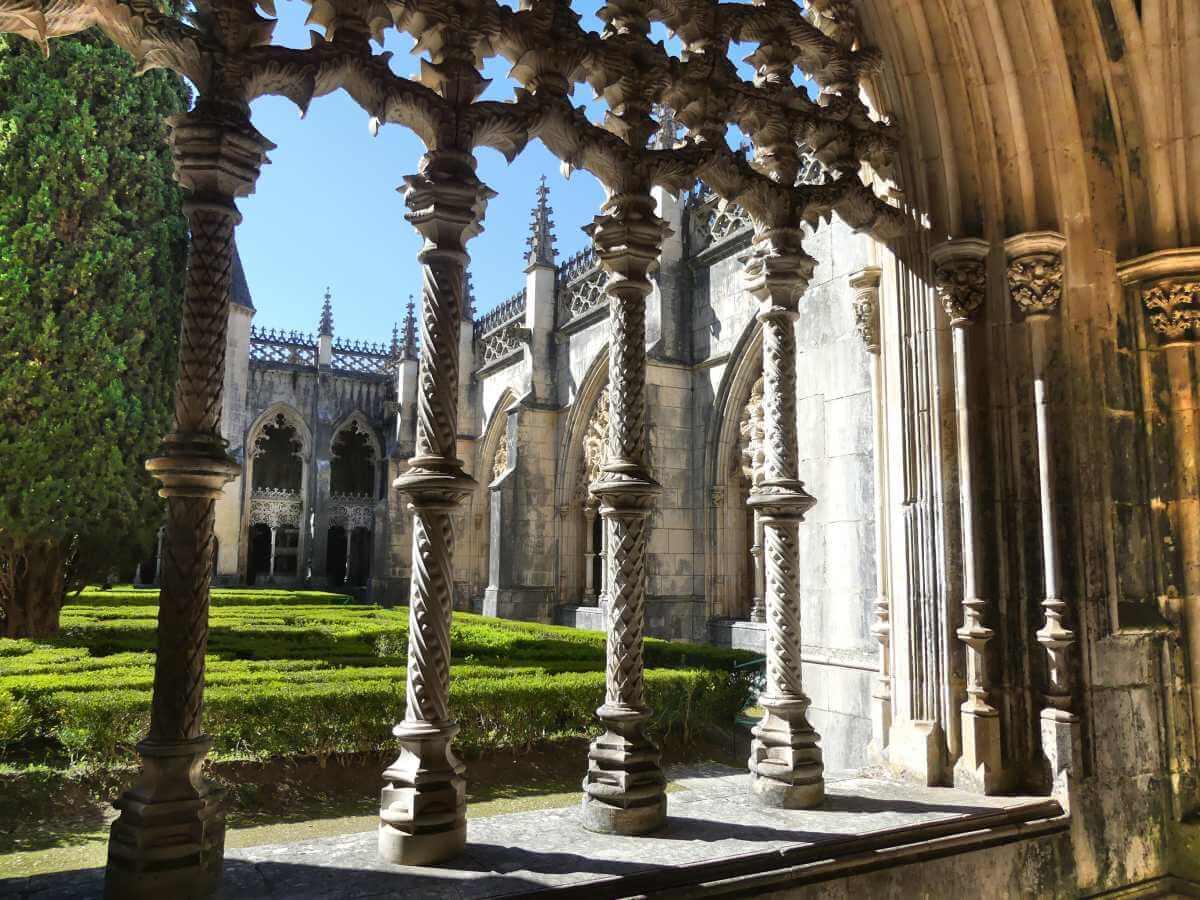 Blick durch Ziersäulen in den Klosterhof.