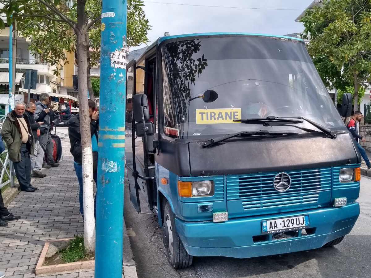 Blauer Bus mit Schild
