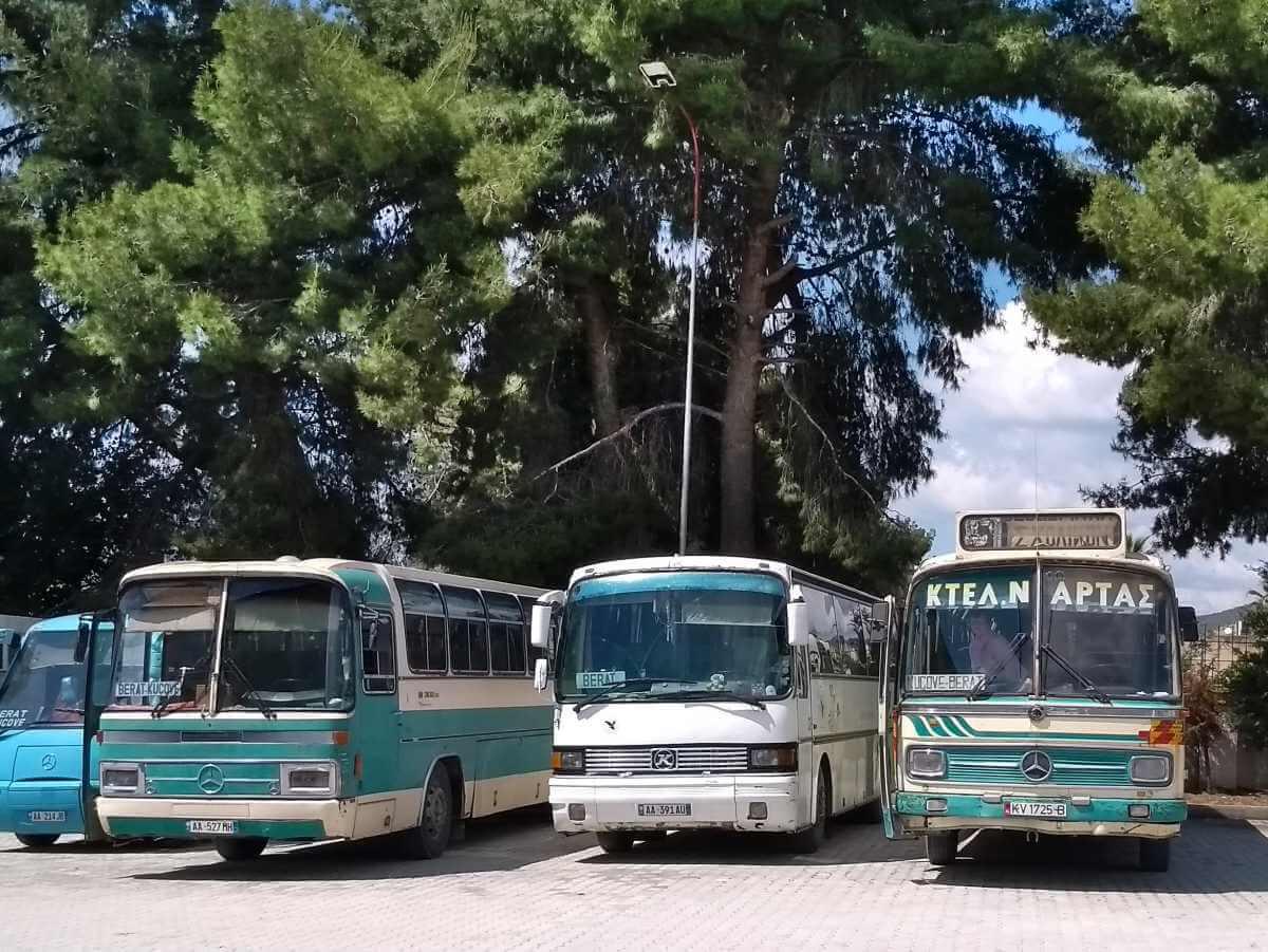 drei klapprige alte Busse.