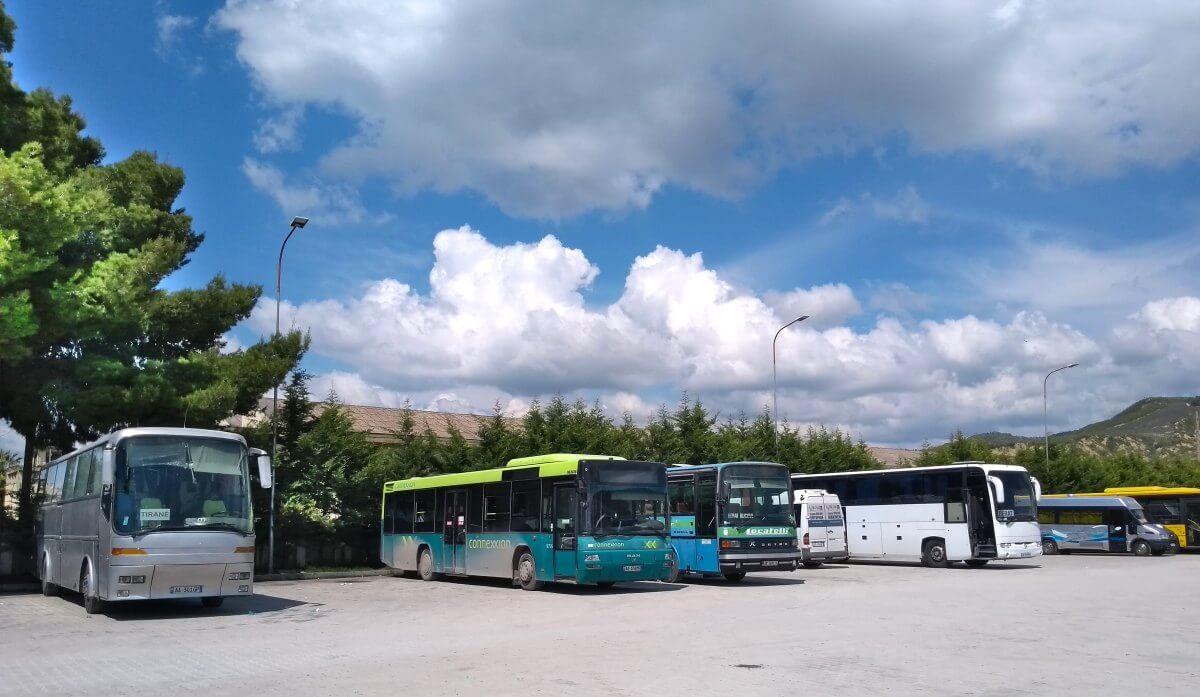 Busbahnhof mit mehreren Bussen.