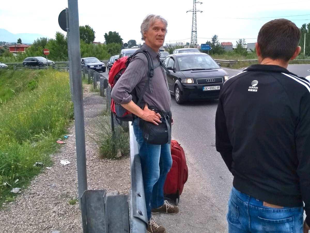 Marcus steht an der Leitplanke der Schnellstraße.
