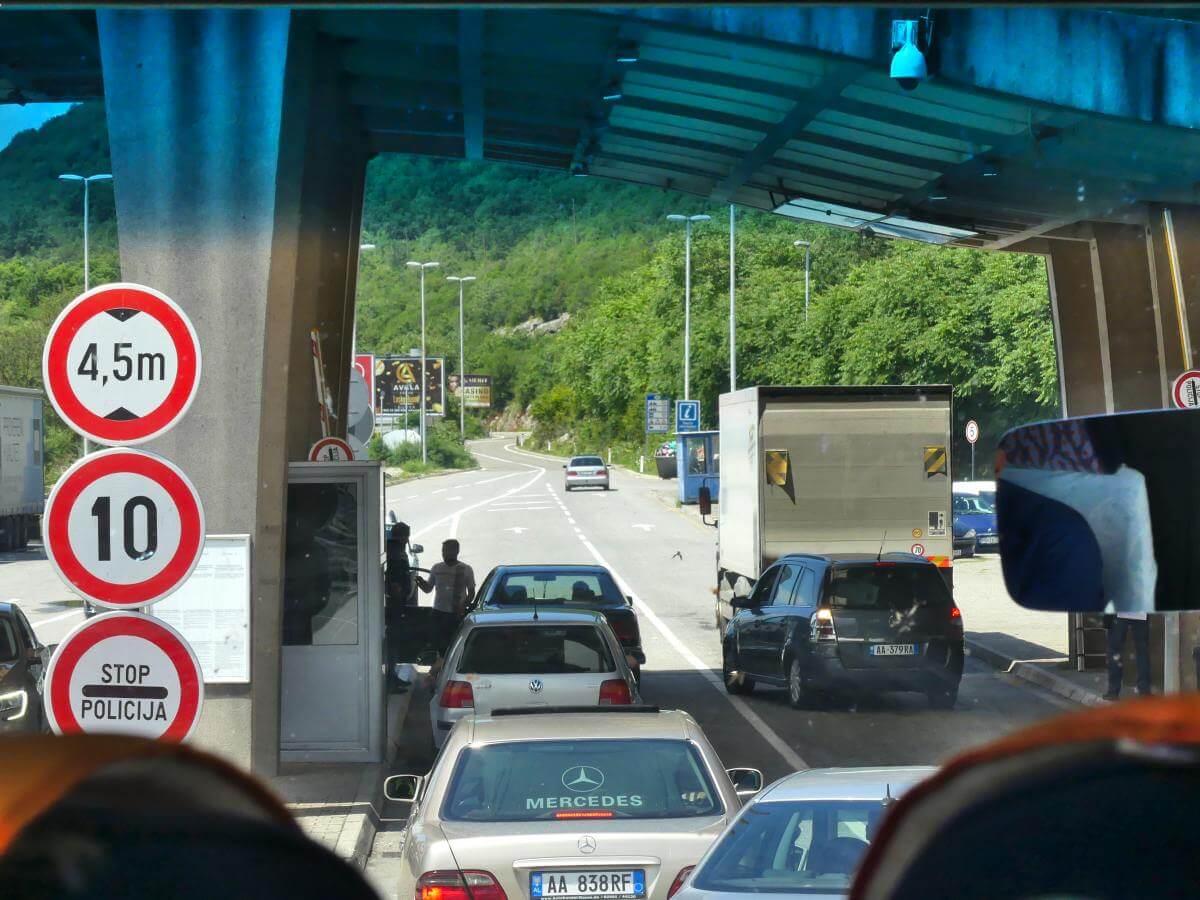 Autoschlange am Grenzübergang.