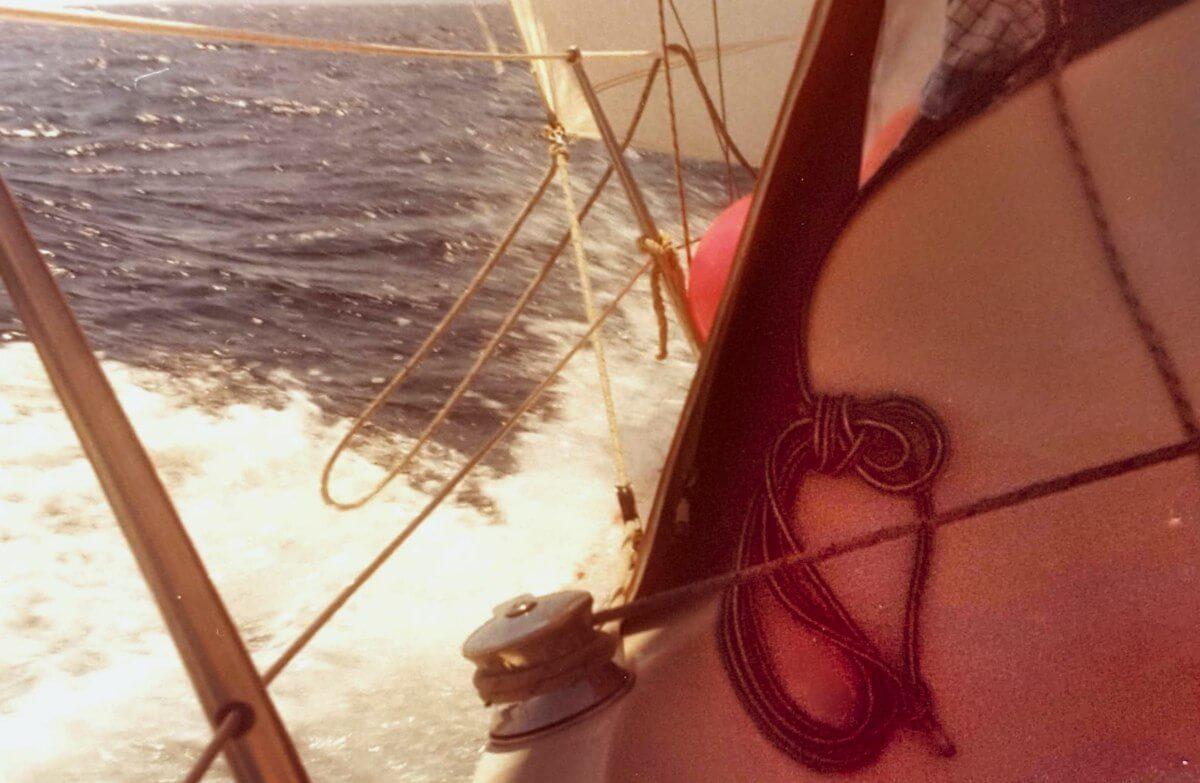 Gischtwelle neben dem Segelschiff.