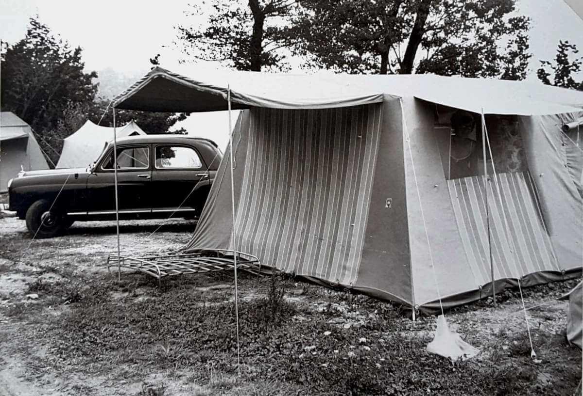 Schwarz-weiß-Foto von einem Hauszelt.