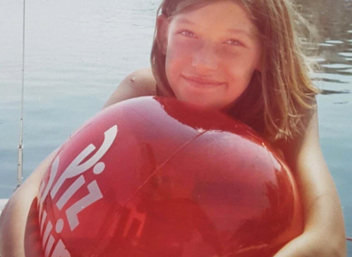 Gina mit großem roten Wasserball.