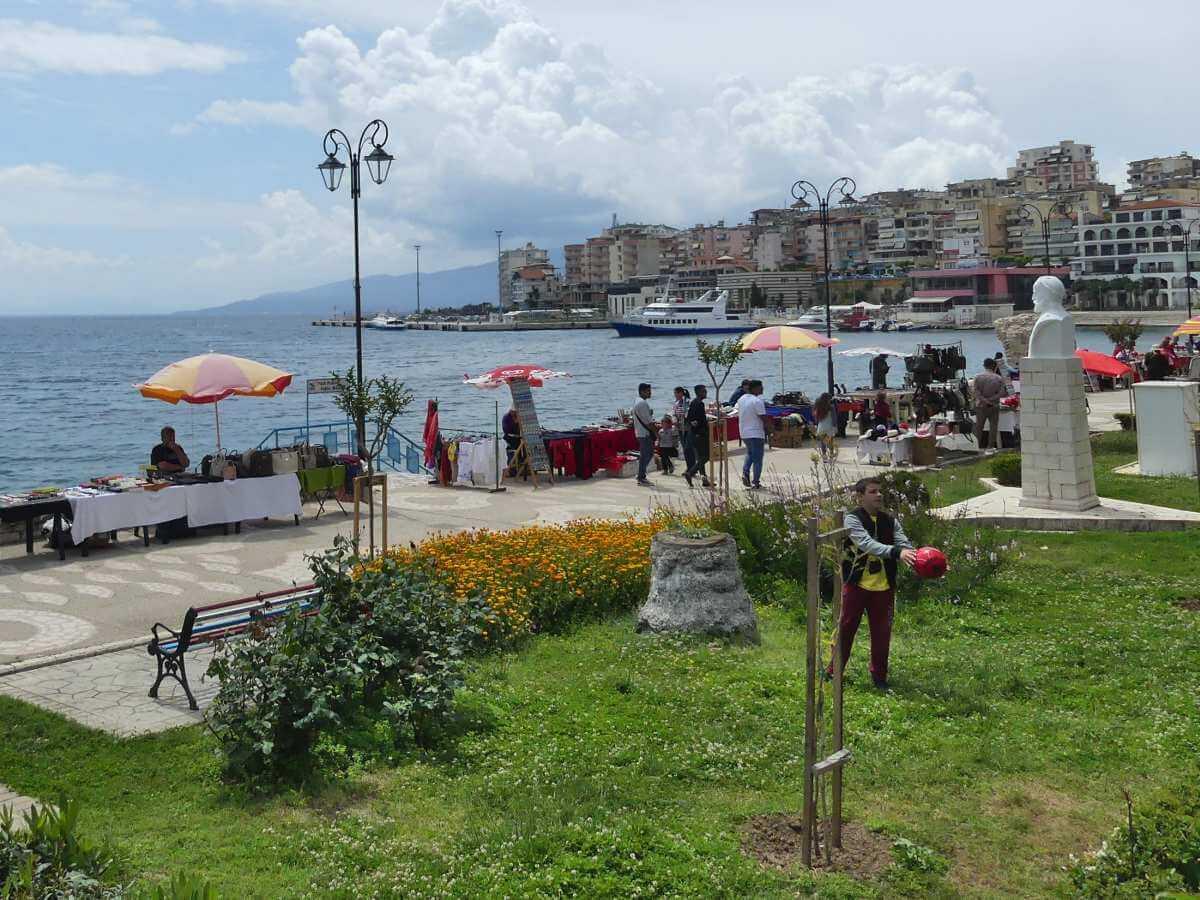 Promenade mit Verkaufsständen am Meer.