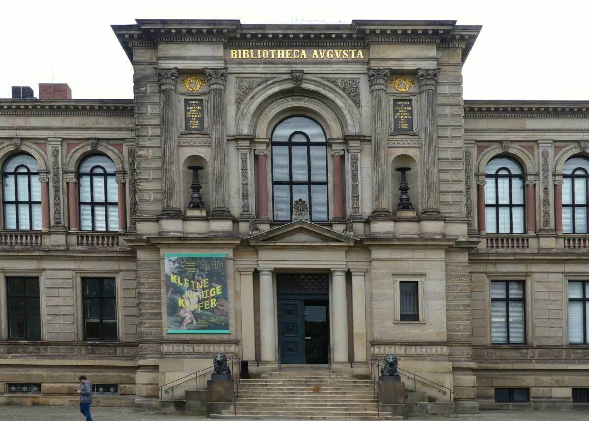 Neoklassizistische Front der Bibliothek in Wolfenbüttel.