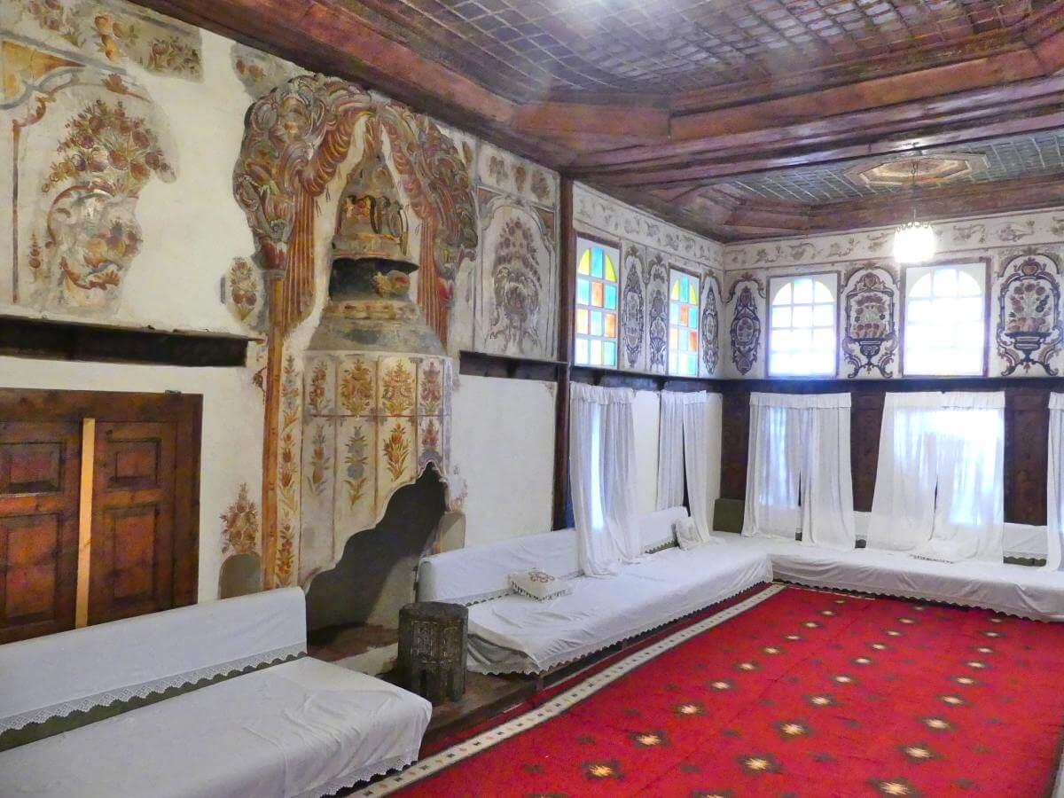 Orientalischer Raum mit Diwanen und Wandmalereien.