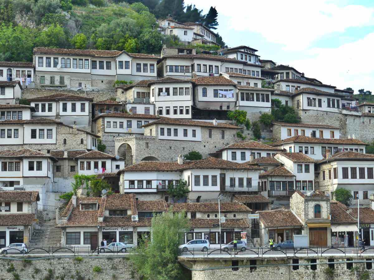 Weiße Häuser mit vielen Fenstern am Hang.