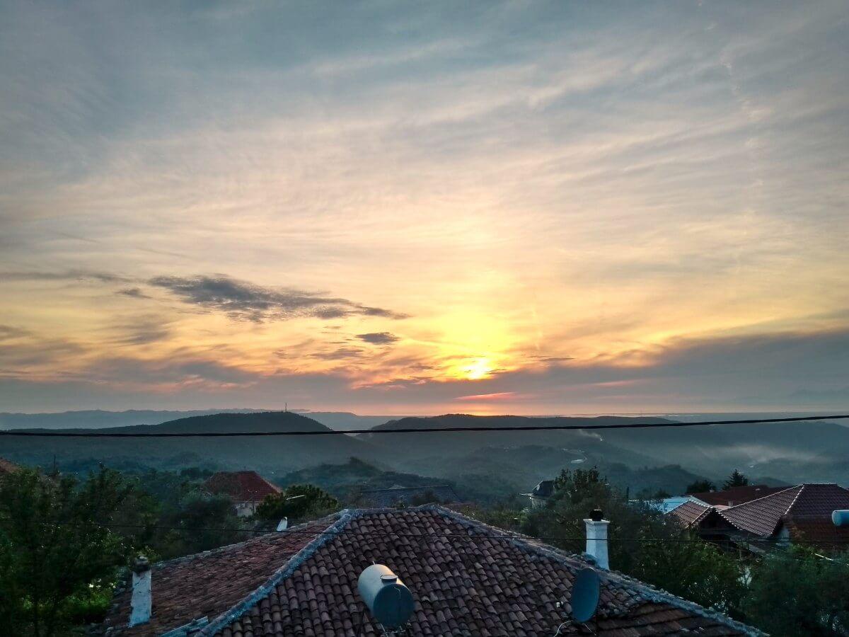 Sonnenuntergang mit dramatischen Wolken.
