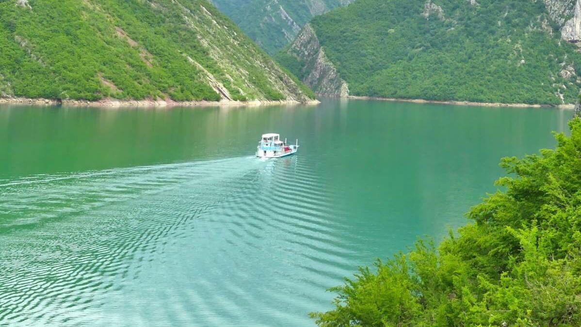 Fähre auf Komani-See