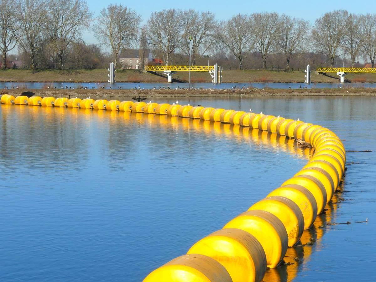 Gelbe Bojen auf dem Fluss.