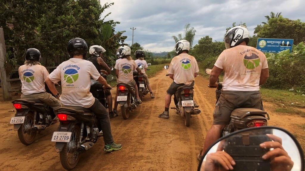 Rollerfahrer auf roter Straße in Kamobdscha