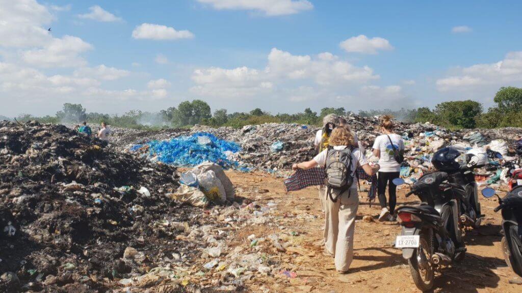 Müllhalde in der Landschaft.