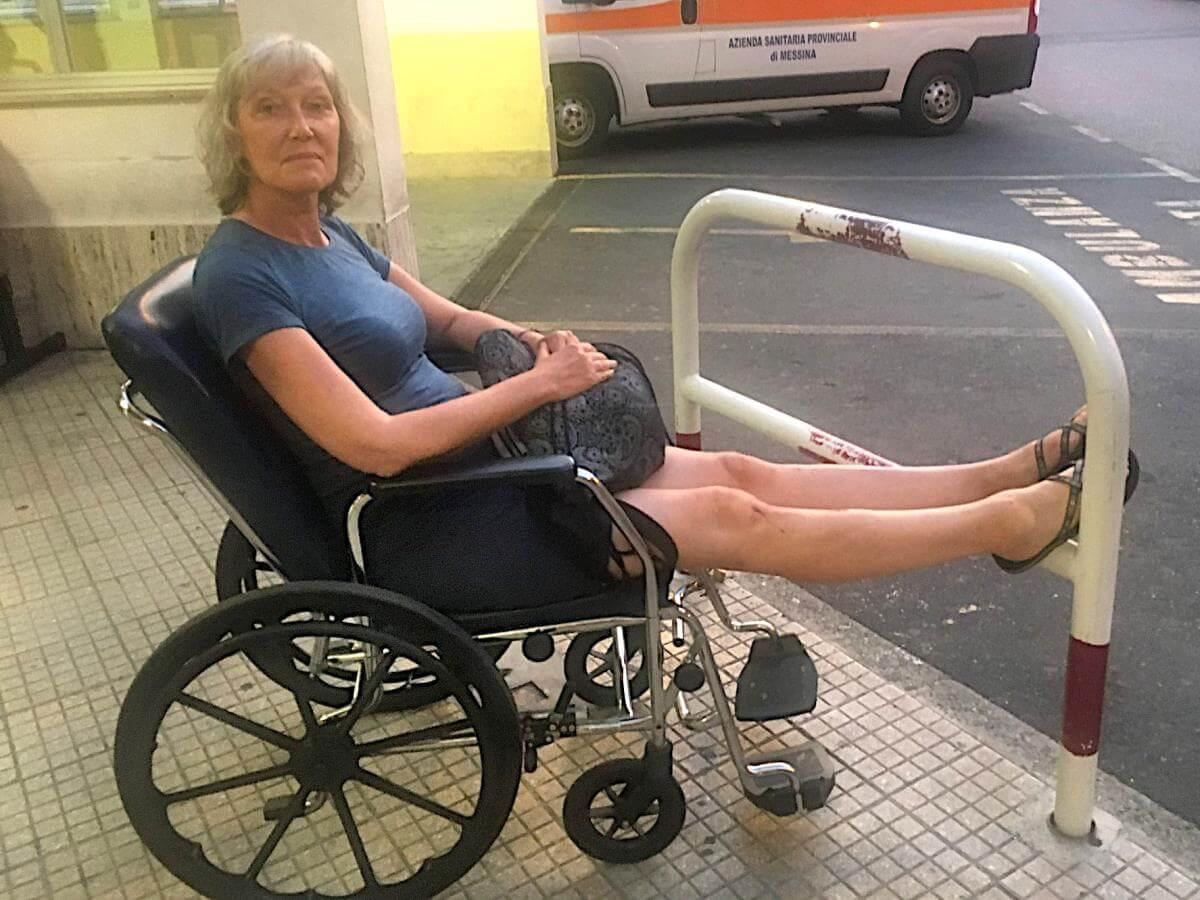 Gina im Rollstuhl vor der Notaufnahme.
